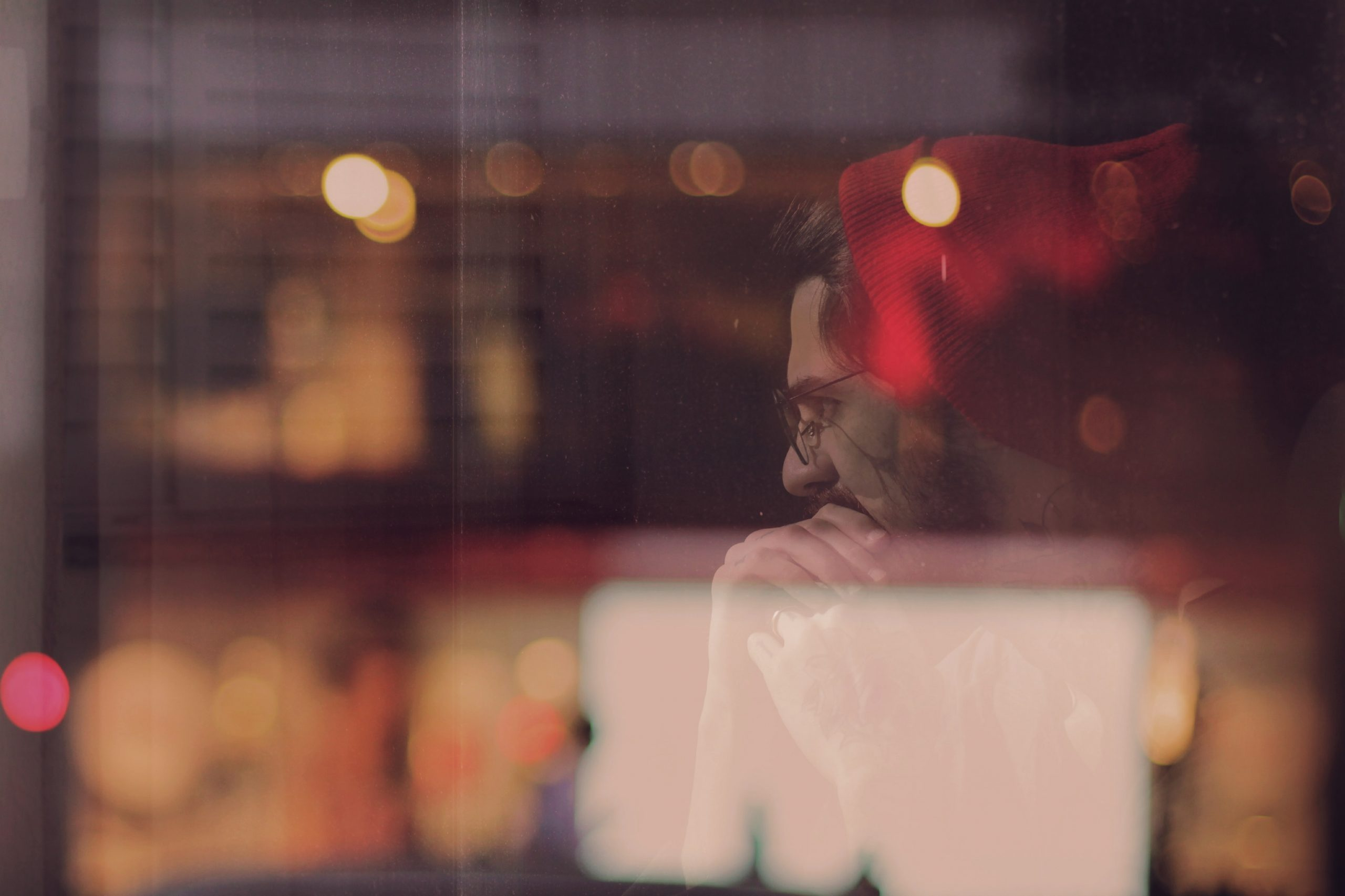 Homme-reflexion-vitre